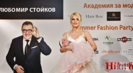 Миска дефилира на ревю с 2-месечното си бебе