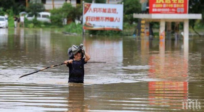 Бедствие: Десетки хиляди хора са евакуирани в Индонезия заради наводнения