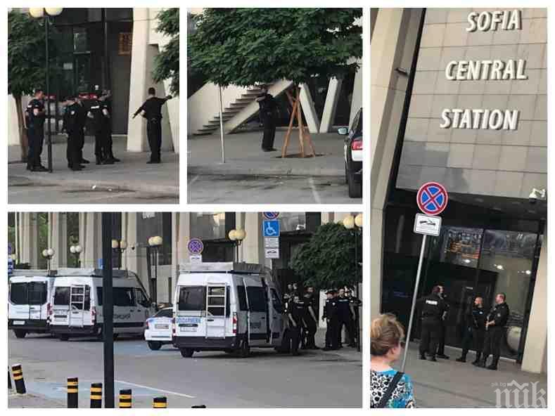 ИЗВЪНРЕДНО И ПЪРВО В ПИК: Сигнал за бомба опразни Централна гара - София, жандармеристи с автомати отцепиха района (СНИМКИ)