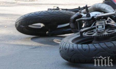 ТЕЖЪК ИНЦИДЕНТ: Форд помете моторист в Пловдив - прати го в болница (СНИМКИ)