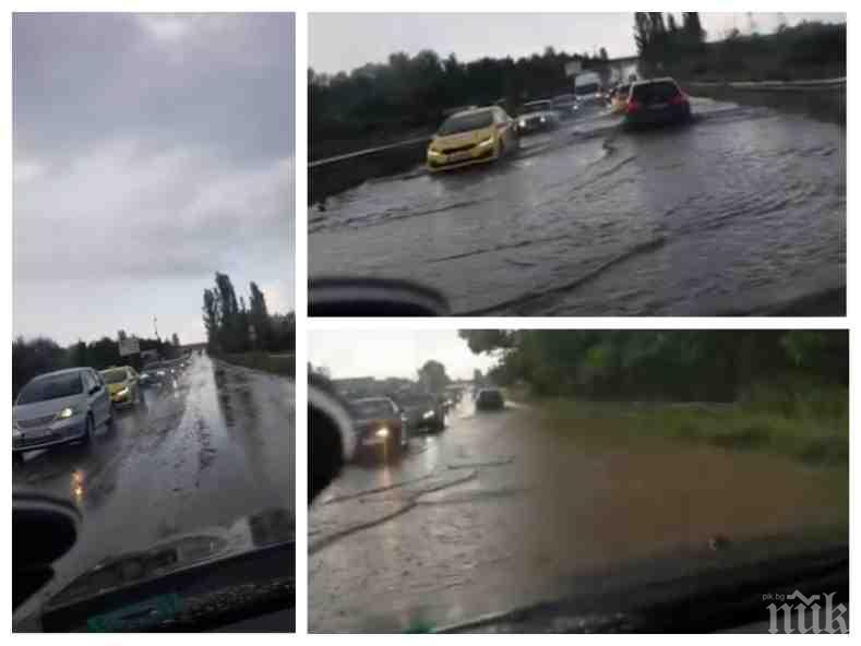 СИГНАЛ ДО ПИК: Черни облаци надвиснаха над Околовръстното шосе на София, изсипа се порой - колите плуват във вода (ВИДЕО)