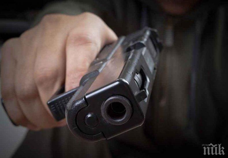 """КАТО НА КИНО: Охранител вади патлак на полицаи в култовия пловдивски квартал """"Кючук Париж"""", арестуваха го"""