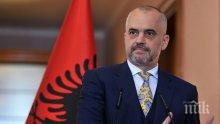 ОТ ПОСЛЕДНИТЕ МИНУТИ: Нападнаха с камъни кортежа на албанския премиер (ВИДЕО)