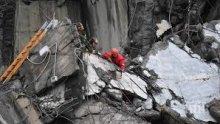 Двама души са в неизвестност след срутване на мост в Китай