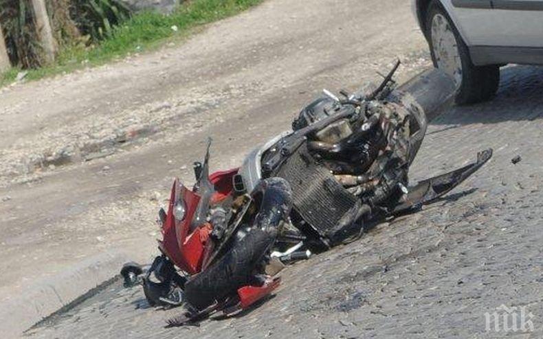 Жестока трагедия: Мъж загина на място, след като заби мотора си в паркиран автомобил в село във Врачанско