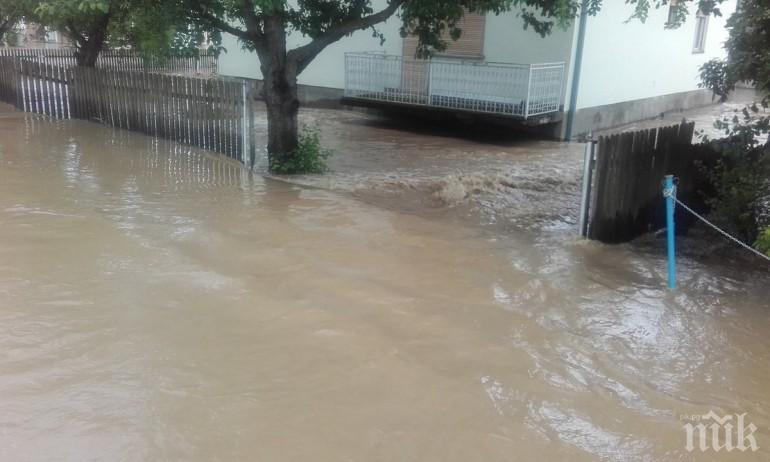 ПОТОП: Силна буря удари Сливен, скоростта на вятъра стигна 100 км/ч
