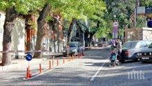 КЛАСИКА ПОД ТЕПЕТАТА: Скейтбордист се спусна по стръмна улица в Стария град, нацели бариера