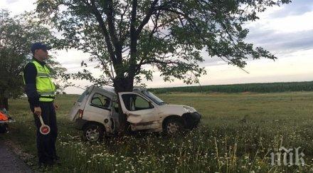 Млад мъж загина, след като се блъсна с колата си в дърво