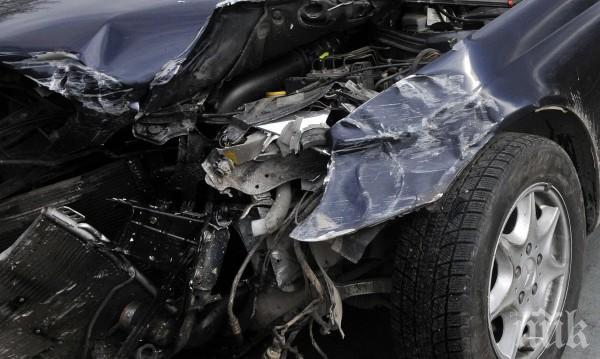 """Катастрофа на магистрала """"Струма"""": Млад шофьор излетя от пътя и се заби в ограда"""