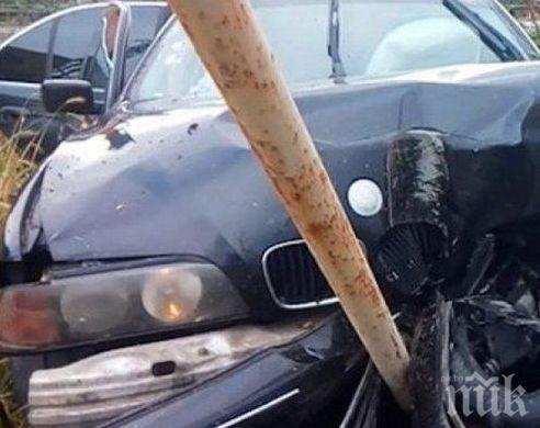 ТРАГЕДИЯ: Младо момиче заби колата си в стълб в Сливен и почина