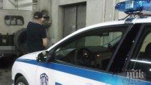 """Хулиган от """"Люлин"""" се метна на капака на полицейска кола: Оставете ме боклуци!"""