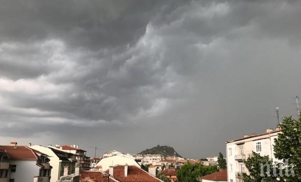 Бурята в Пловдив отнесе покрива на кооперация! Хората са евакуирани (СНИМКИ)