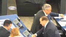Берлускони - новата звезда в ЕП. Евродепутати го засипаха с молби за селфита (ВИДЕО)