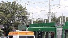 САМО В ПИК: Жегата убива! Мъж издъхна в трамвай (СНИМКИ)