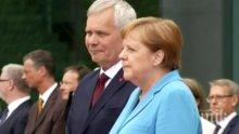 НОВ ПРИСТЪП: Меркел трепери като лист (ВИДЕО)