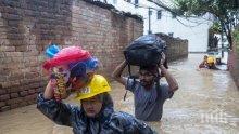 Расте броят на загиналите от наводненията в Непал (СНИМКИ)