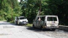 Паркиран бус тръгна сам, удари се в стълб и изгоря (СНИМКИ)
