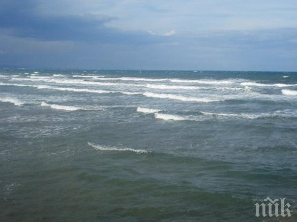 Внезапна вълна погреба тийнейджър след скок във водата