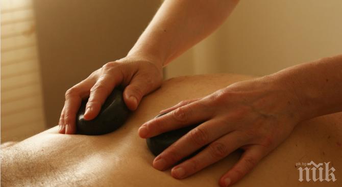 Млада врачанка обра клиент по време на масаж