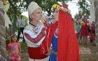 БЪЛГАРСКА СВАТБА: Нашенка и англичанин избраха село Хухла пред Албиона за венчавката си (СНИМКИ)