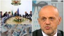 """ГОРЕЩА ТЕМА! Ще плащаме ли нов данък """"Дончев"""" - вицепремиерът се скри зад кабинета, а темата била друга..."""