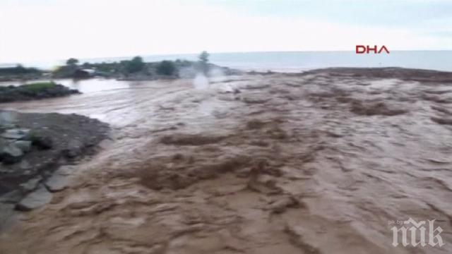 Издирват 7 души след наводненията в турция