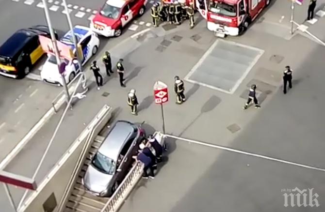 Шофьорка влетя с колата си в метрото на Барселона (СНИМКА)