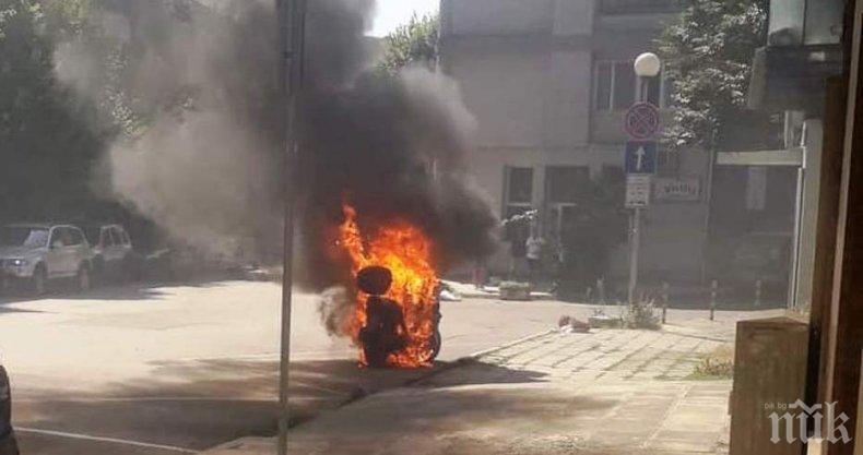 ОТ ПОСЛЕДНИТЕ МИНУТИ: Мотор изгоря в центъра на Варна (СНИМКИ)