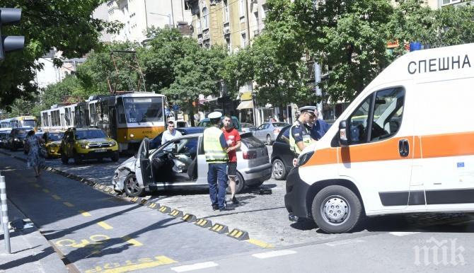 """ОТ ПОСЛЕДНИТЕ МИНУТИ: Кола и линейка се нацелиха на кръстовището на """"Раковски"""" и """"Дондуков"""" (СНИМКА)"""