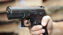 Мъж вилня с брадва и пистолет на улица в Белоградчик