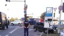 Бус и кола помляха на светофар, три жени са в болница (СНИМКИ)