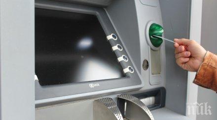 Банките в Гърция вдигат драстично таксите за теглене от банкомати