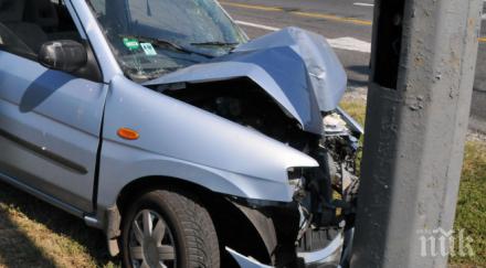 16-годишен се качи на кола и се заби в стълб