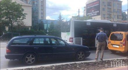 ПЪРВО В ПИК: Шофьор натресе такси на Централна гара (ВИДЕО)