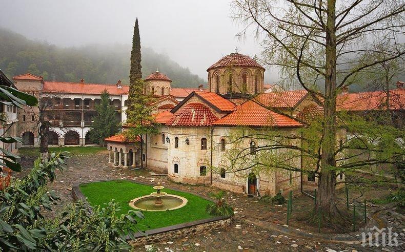 Реставрират древен стенопис в Бачковския манастир