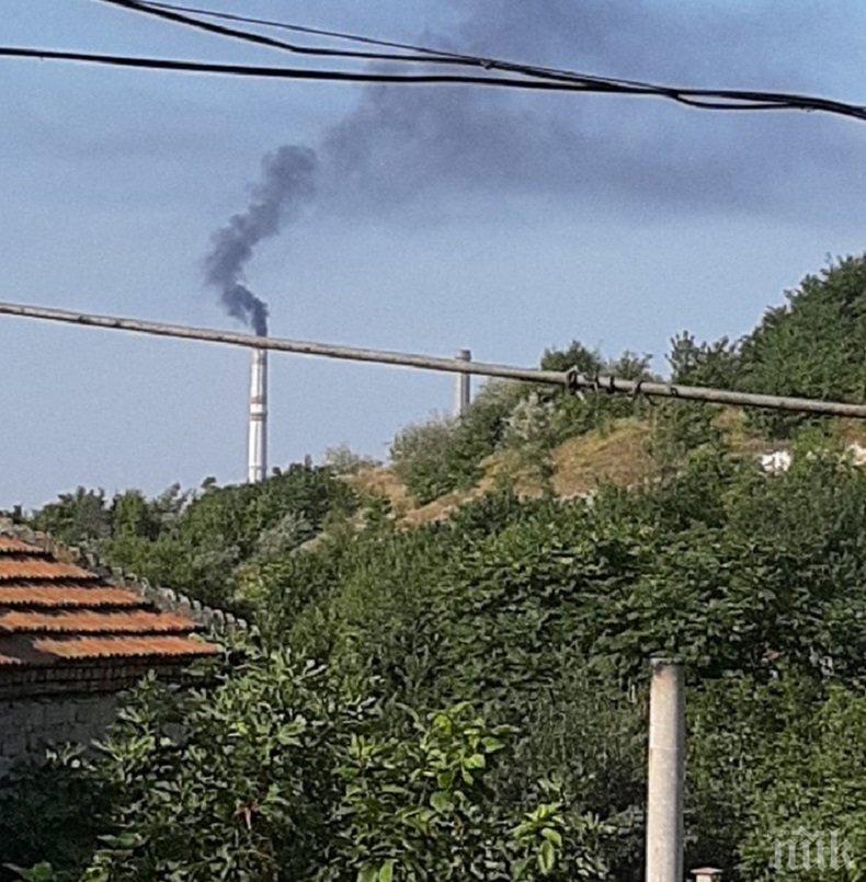 СМРАД: Комин на ТЕЦ два дни бълва черни кълба дим и трови Девня (СНИМКИ)