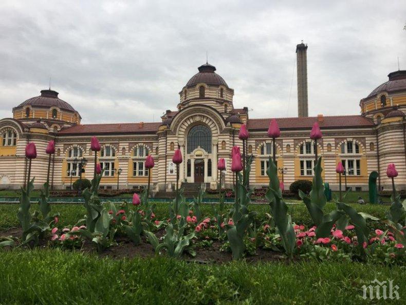 Пускат фонтана пред Централна баня в София през август