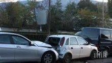 """ОТ ПОСЛЕДНИТЕ МИНУТИ: Три коли се удариха в пороя на надлез """"Надежда"""""""