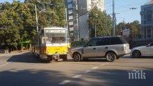 ЕКШЪН В СОФИЯ: Нагъл шофьор засече трамвай, налетя да бие ватмана (ВИДЕО)