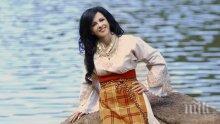 Народната певица Росица Пейчева черпи с чеверме за ЧРД