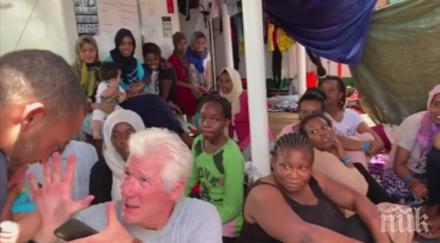 Ричард Гиър се качи на кораб с мигранти и им занесе храна (СНИМКИ/ВИДЕО)