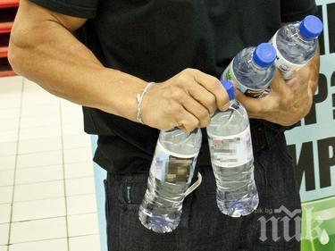ПУНКТОВЕ: Раздават бутилки вода в центъра на София