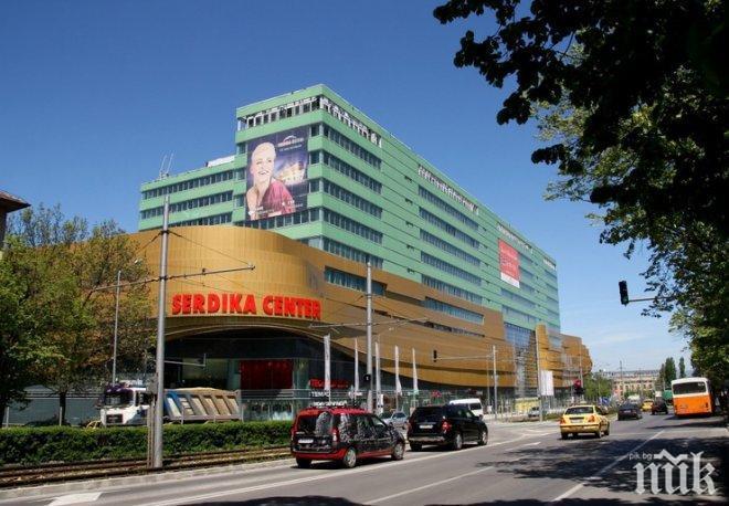 """ОТ ПОСЛЕДНИТЕ МИНУТИ: Евакуираха мол """"Сердика"""" в София"""