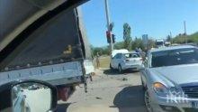 """ПЪРВО В ПИК TV: Меле на бул. """"Ботевградско шосе"""" - удариха се два автомобила и камион"""