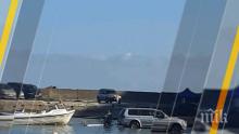 """ПОРЕДНИЯТ ГАНЬО: Наглец влезе с джипа си в """"Болата"""", за да си изтегли лодката"""