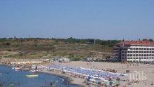 ПОРЕДНИТЕ НАГЛЕЦИ: Тузари паркират колите си до вълните на плаж Нестинарка (СНИМКА)