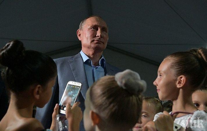 КАВАЛЕР: Путин коленичи и целуна ръката на малка балерина (ВИДЕО)