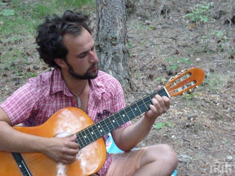 Ток уби мъж докато свири на електрическа китара