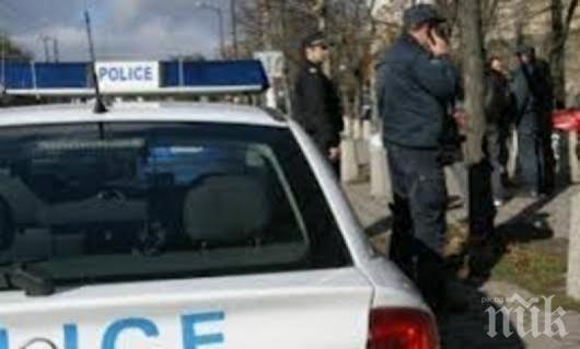 """ИЗВЪНРЕДНО: Нещо става в Сандански! Барети с автомати нахлуха в култовия бар """"Оазис"""", натръшкаха всички на земята"""