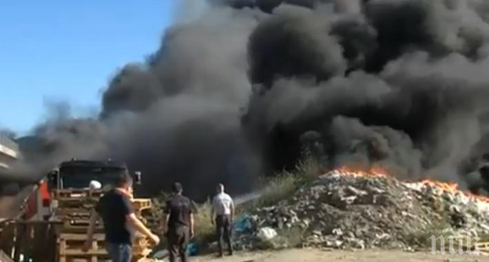 Пламнал е склад за вторични суровини край Дупница (СНИМКА)